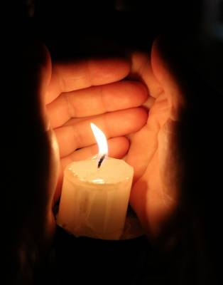 b2ap3_thumbnail_hands-and-candle-1359291451_86.jpg